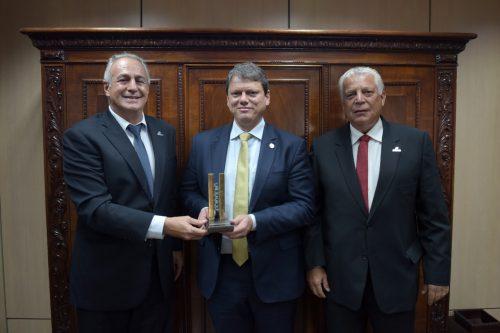 Ministro da Infraestrutura, eng.º Capitão Tarcísio Gomes de Freitas, recebe prêmio de Profissional do Ano